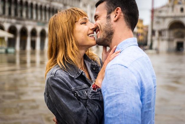 Giovane coppia che si diverte in visita a venezia - turisti che viaggiano in italia e visitano i monumenti più importanti di venezia - concetti di stile di vita, viaggi, turismo