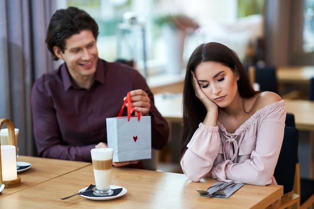 Giovane coppia che ha un problema e litiga in cafe