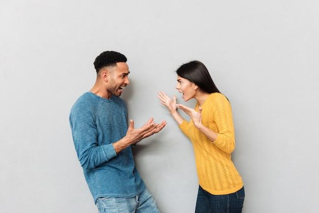 Giovani coppie che hanno un litigio