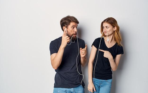 Giovane coppia in cuffia ascoltando musica divertenti emozioni di amicizia
