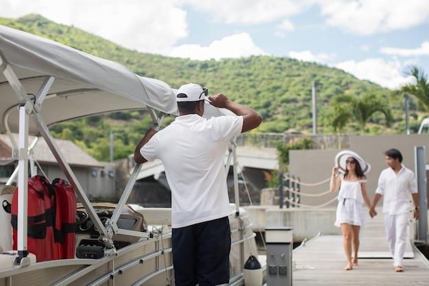 La giovane coppia si dirige verso la barca