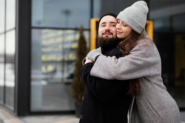 Giovani coppie che abbracciano sul banco