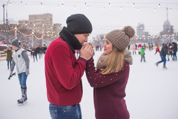 Giovane coppia sul pattinaggio sul ghiaccio in inverno