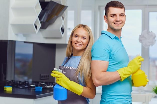 Una giovane coppia sta pulendo un appartamento Foto Premium