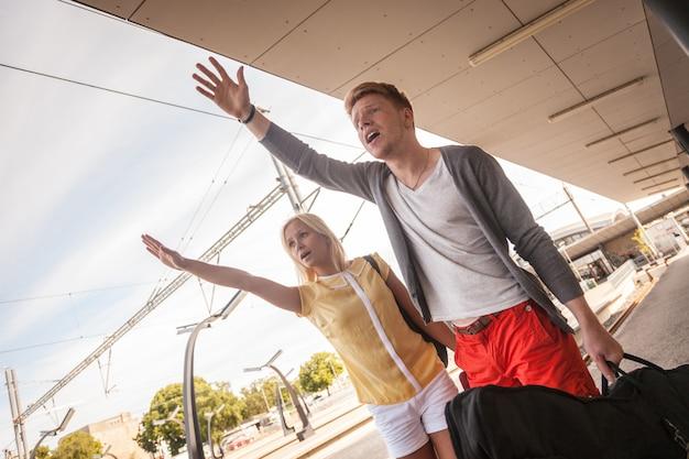 Giovani coppie in ritardo alla stazione ferroviaria