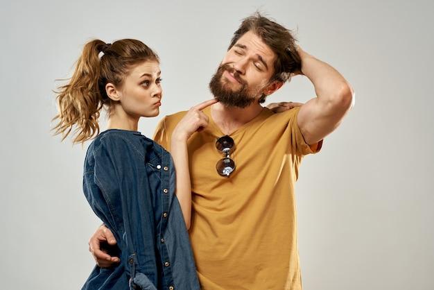 Giovane coppia stile di vita emozioni comunicazione moda backgroundand