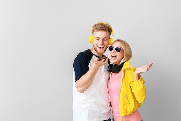 Giovani coppie che ascoltano la musica sulla luce