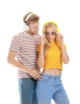 Giovane coppia che ascolta musica su bianco
