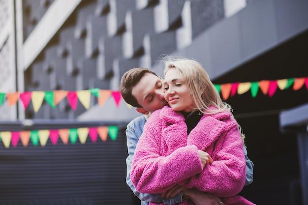 Giovane coppia innamorata abbraccia in città. san valentino