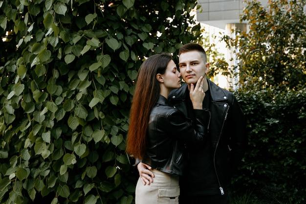 Una giovane coppia innamorata, un uomo e una donna passeggiano per la città serale, trascorrendo del tempo insieme.