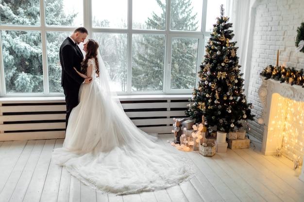 Giovane coppia innamorata il giorno del matrimonio