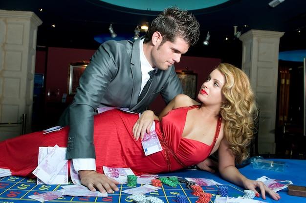 Giovane coppia innamorata che vince soldi ai tavoli del casinò