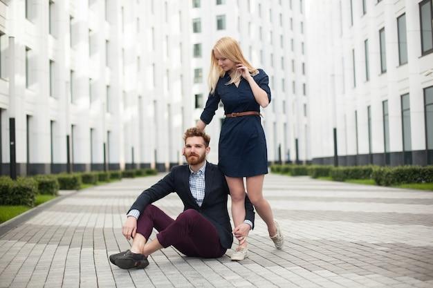 Giovane coppia uomo e donna su sfondo di edificio per uffici.