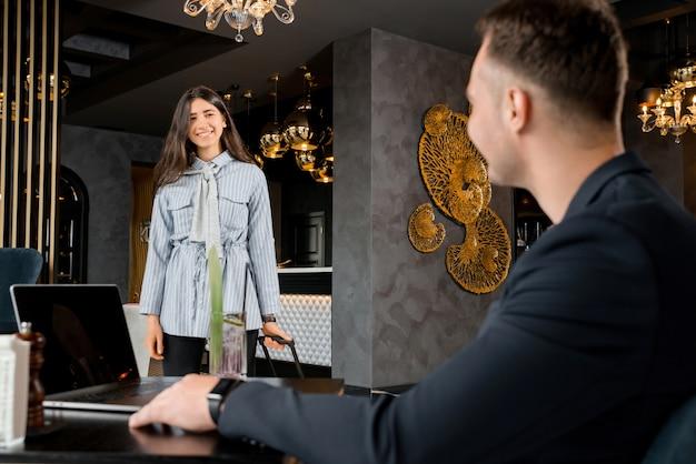 Coppia giovane incontro nella hall dell'hotel dopo la separazione. buon saluto