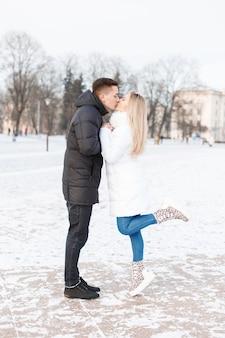 La giovane coppia si è incontrata in città Foto Premium