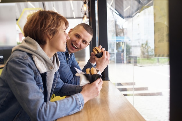 Una giovane coppia si è incontrata in un fast food per mangiare hamburger