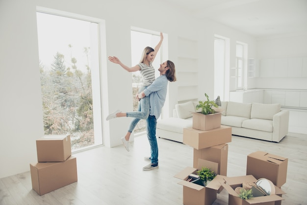 Giovane coppia in movimento nella nuova casa