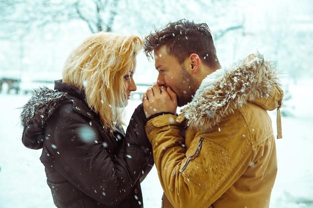 Giovane coppia all'aperto in inverno