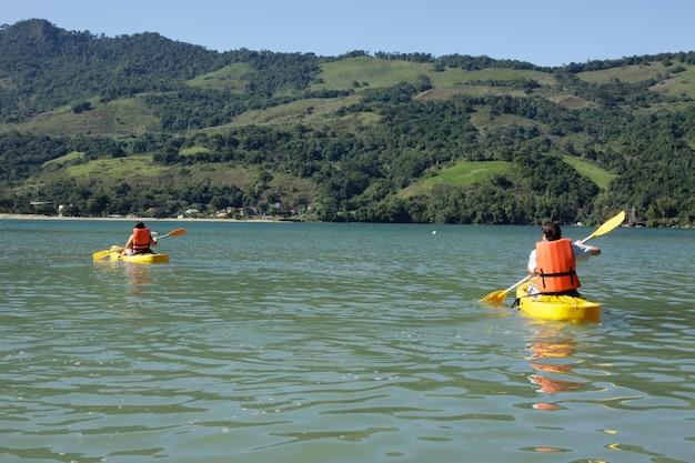 Giovane coppia canoa kayak in mare.