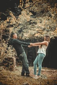 Giovane coppia che gioca al paesaggio della natura