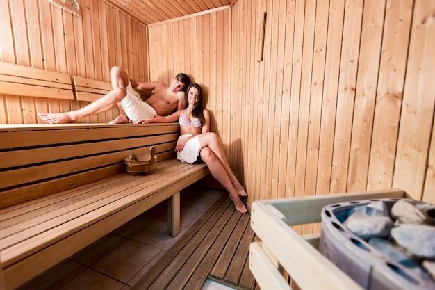 Coppia giovane rilassante nella sauna