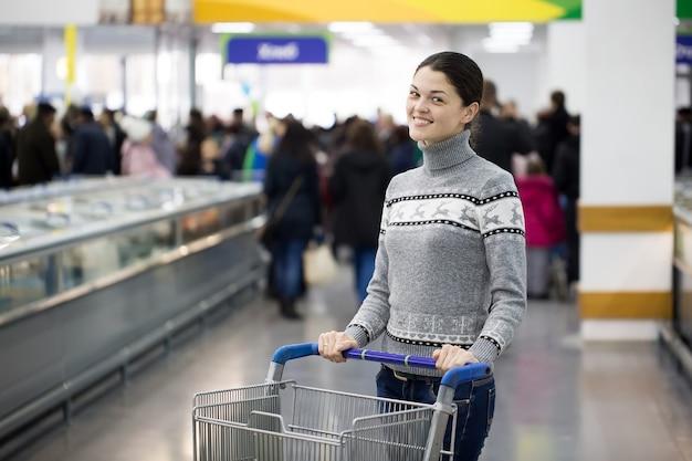 Giovane coppia che fa la spesa in un supermercato