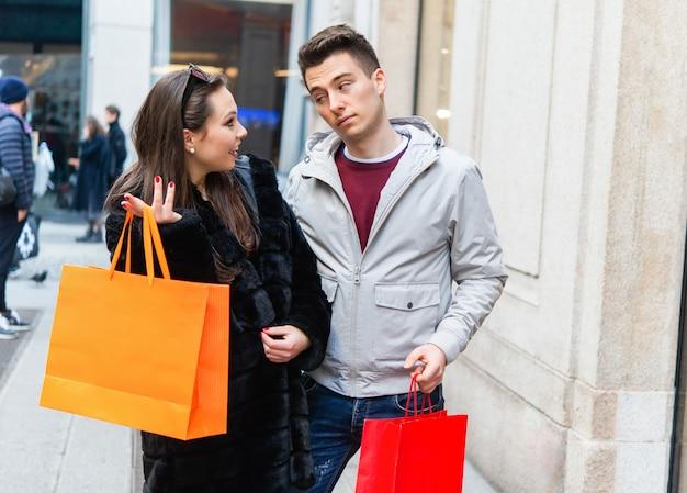 Giovane coppia che fa shopping insieme in una città