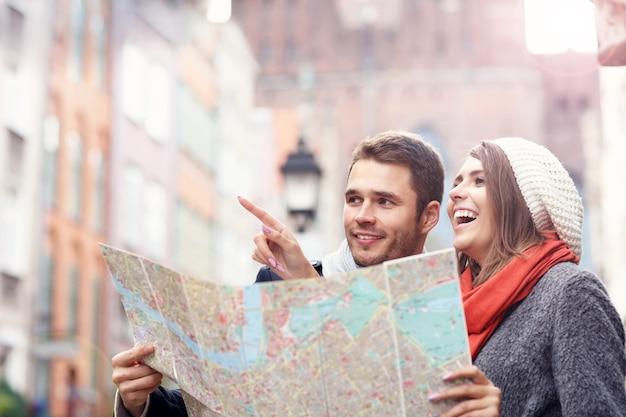Giovane coppia che visita la città con la mappa