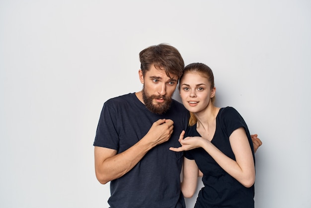 Una giovane coppia che socializza insieme posando lo stile di vita dello studio di moda