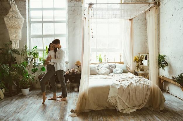 Giovani coppie che trascorrono del tempo nella loro bella casa di campagna