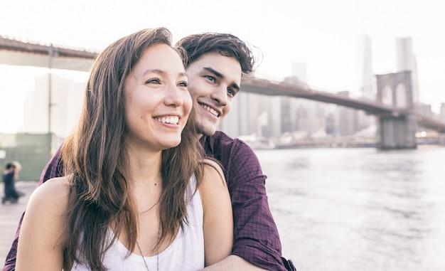 Giovani coppie che passano insieme tempo a new york