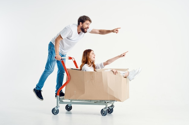 Una giovane coppia supermercato lifestyle divertente sfondo isolato