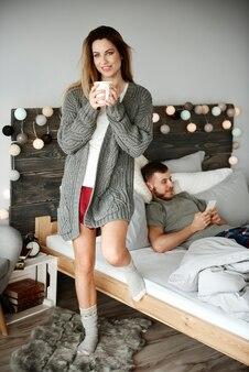 Giovane coppia nella loro camera da letto