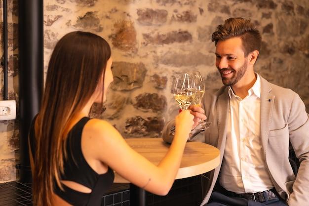 Coppia giovane brindando con bicchieri di champagne