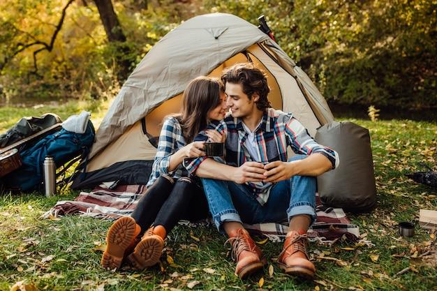 Una giovane coppia di turisti sta esplorando nuovi posti insieme