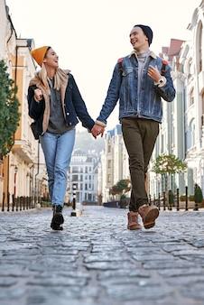 Una giovane coppia di blogger di viaggi sta passeggiando per la città vecchia