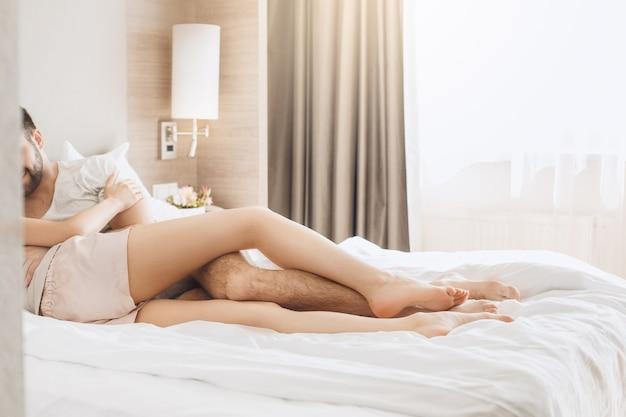 La giovane coppia viaggia insieme in una stanza d'albergo per il tempo libero