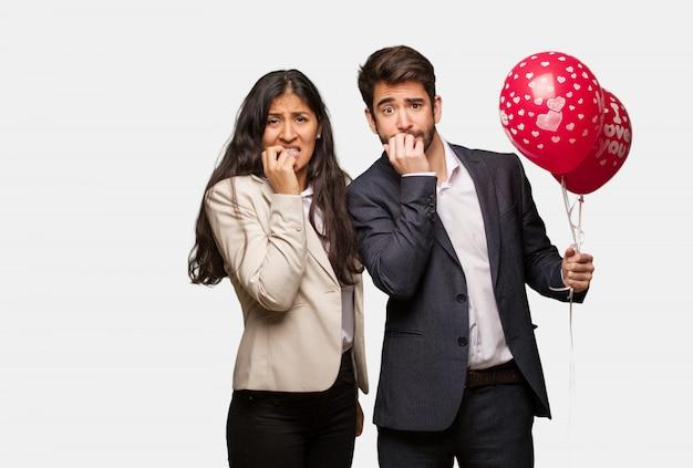 Giovane coppia in giorno di san valentino mangiarsi le unghie, nervoso e molto ansioso