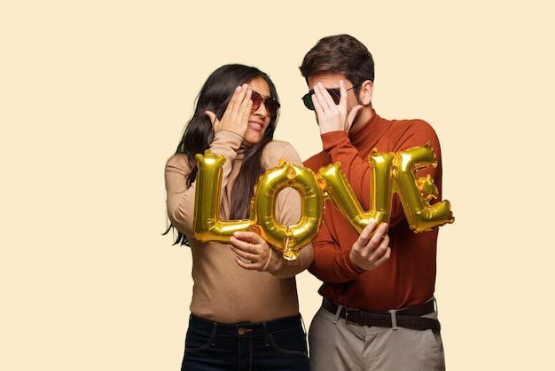 La giovane coppia in giorno di san valentino si sente preoccupata e spaventata