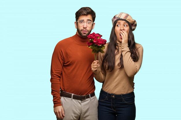 Giovane coppia in giorno di san valentino molto spaventato e spaventato nascosto