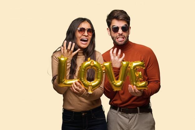 Giovane coppia in giorno di san valentino molto spaventato e spaventato