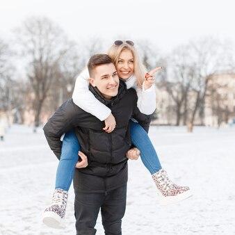 Giovani coppie che camminano per la città
