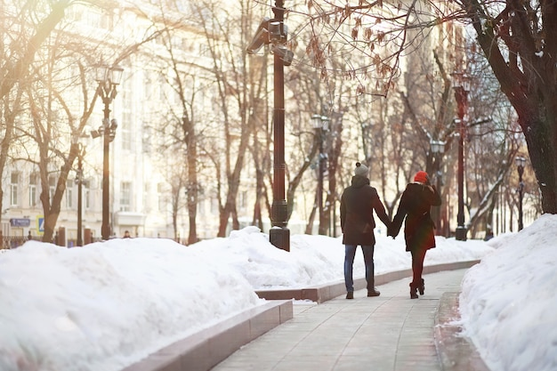 Coppia giovane passeggiando per la città d'inverno