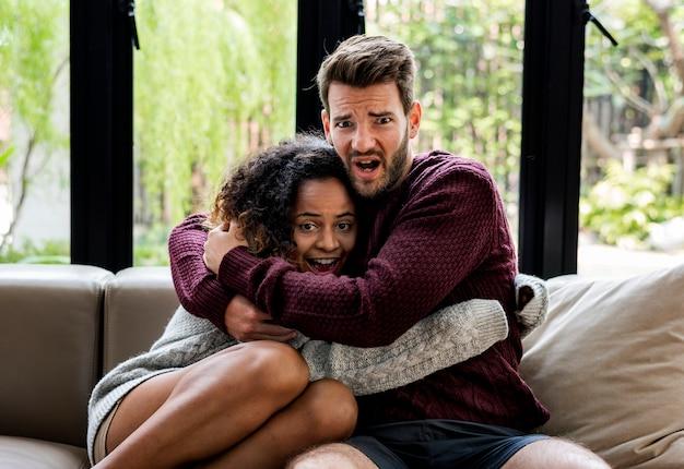 Giovani coppie che guardano insieme il film spaventoso