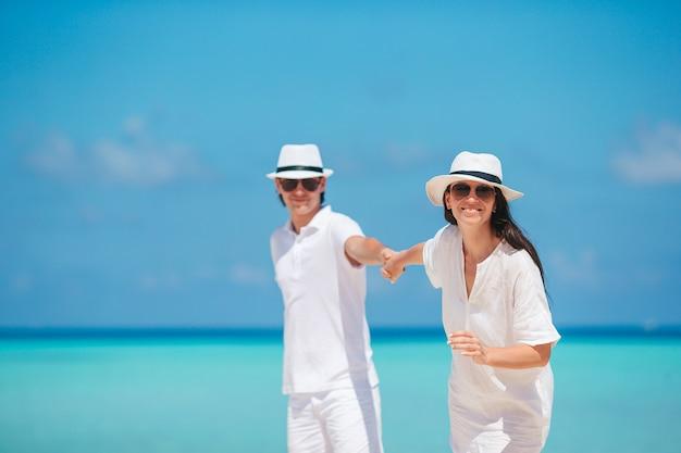 Giovane coppia sulla spiaggia bianca durante le vacanze estive Foto Premium