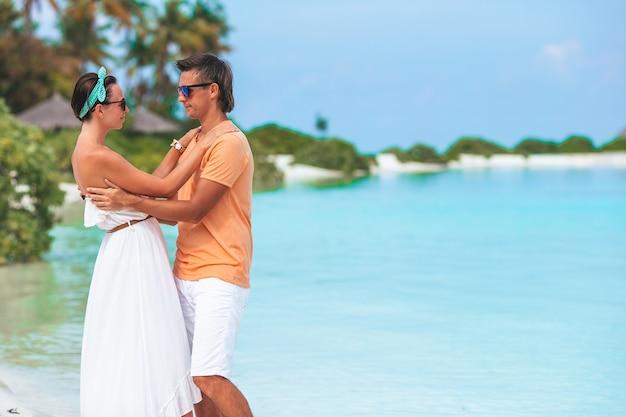 Giovane coppia sulla spiaggia bianca durante le vacanze estive