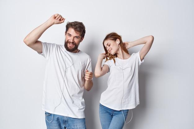 Giovane coppia in magliette bianche e amici jeans stile di vita positivo