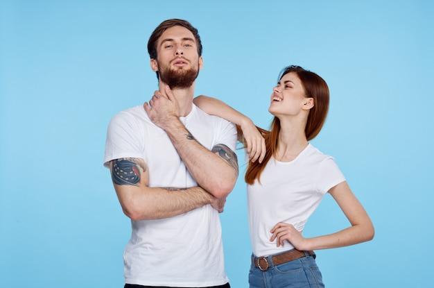Giovane coppia in maglietta bianca moda stile moderno sfondo blu