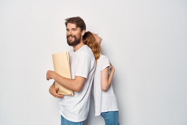 Giovane coppia in magliette bianche shopping lifestyle maniaci dello shopping