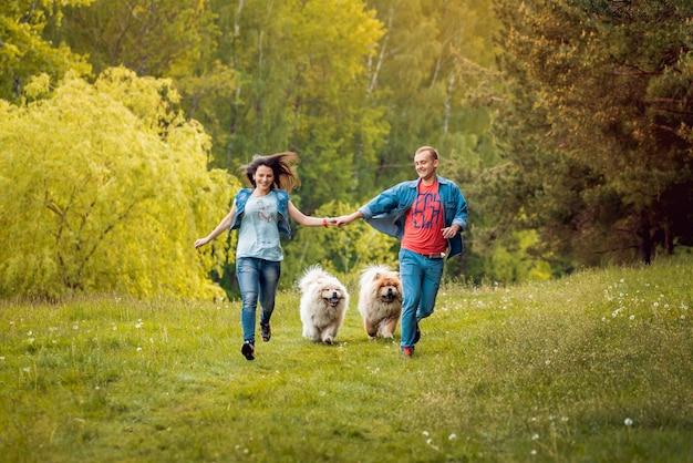 Giovani coppie con i cani nel parco